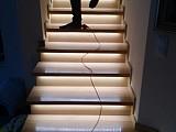 Montaż oświetlenia LED stopni schodowych